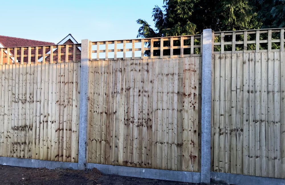 closeboard-fencing-on-concrete-posts-and-gravel-2