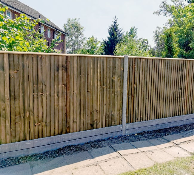 closeboard-on-concrete-posts-and-gravel