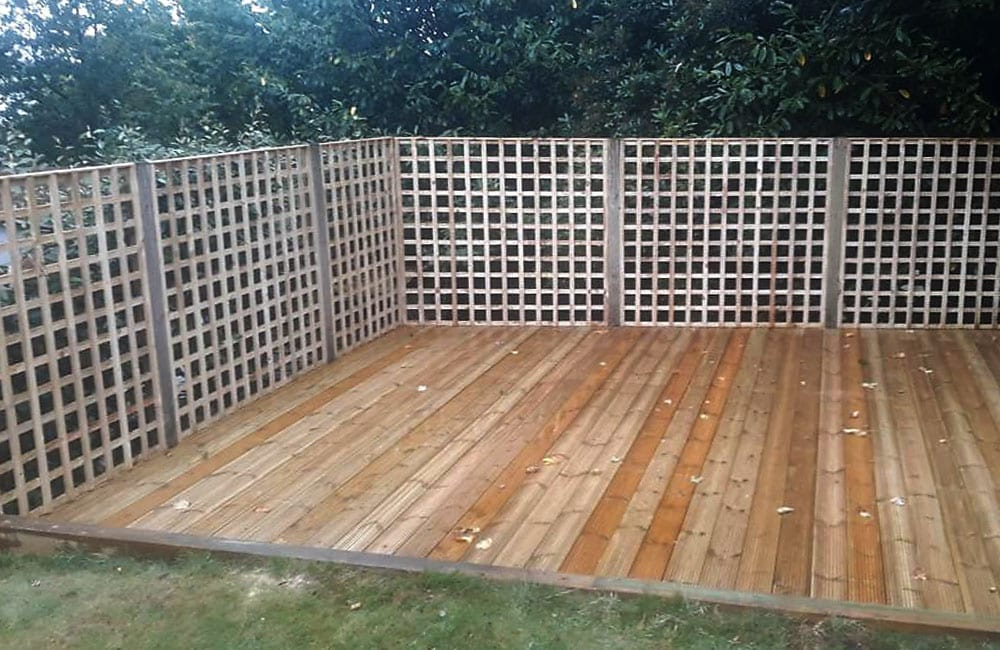 decking-with-heavy-frame-square-hole-trellis
